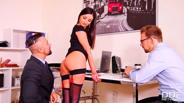Порно с большегрудыми бизнес леди