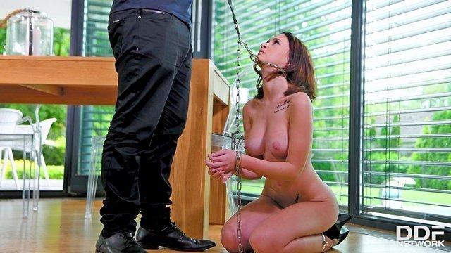 Грубый трах рабыни в рот, молодая жена привела подружку порно