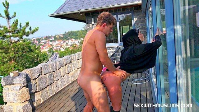 Смотреть хозяин трахает свою домохозяйку 1