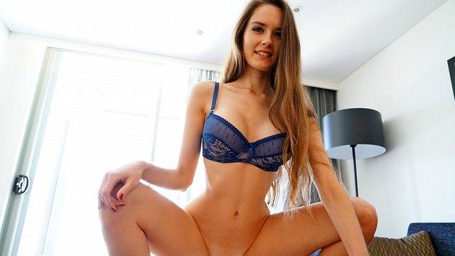 Женские ступни играют с пенисом видео бесплатно
